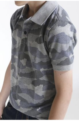 Polo-niño-estampado-camuflado-y-fondo-gris